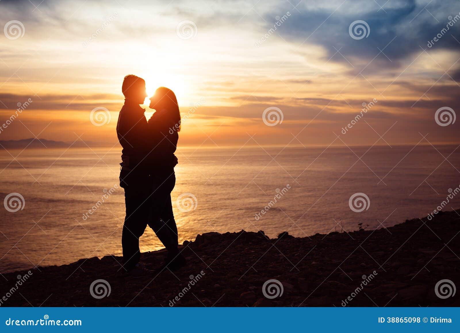 Couples dans l amour au coucher du soleil
