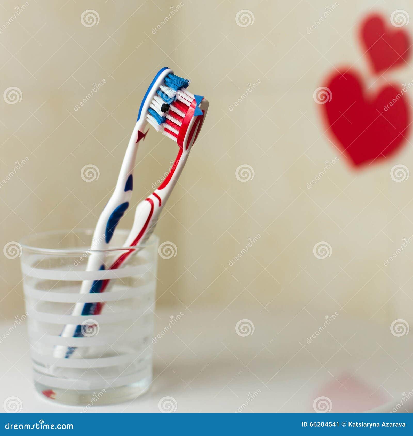 Couples dans l 39 amour de deux brosses dents st jour de valentines photo stock image 66204541 - Brosse a dent bleu blanc rouge ...