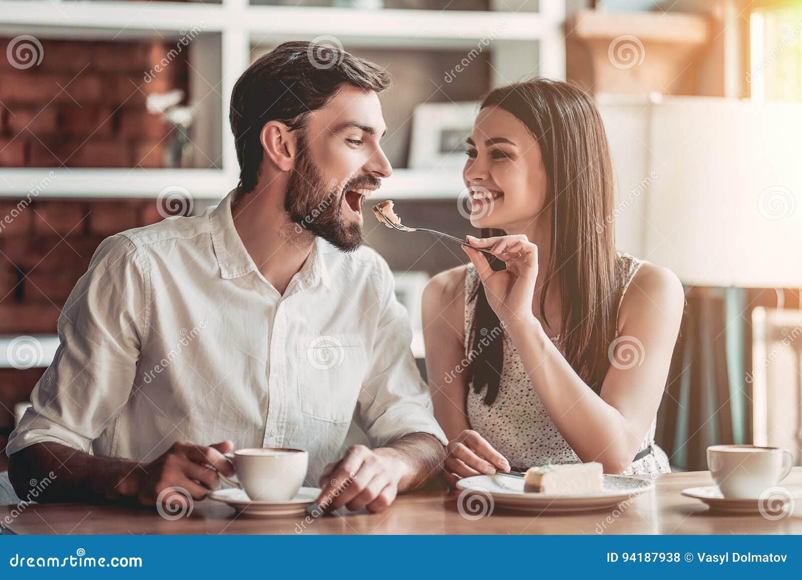 Couples dans l amour en café