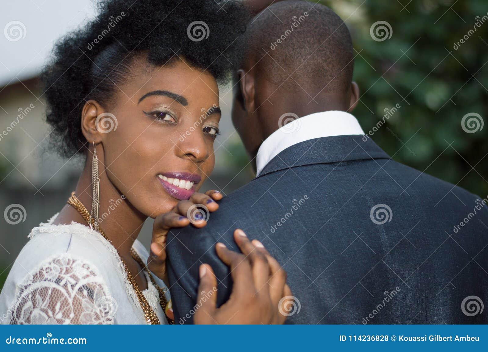 Couples dans l amour se tenant dehors