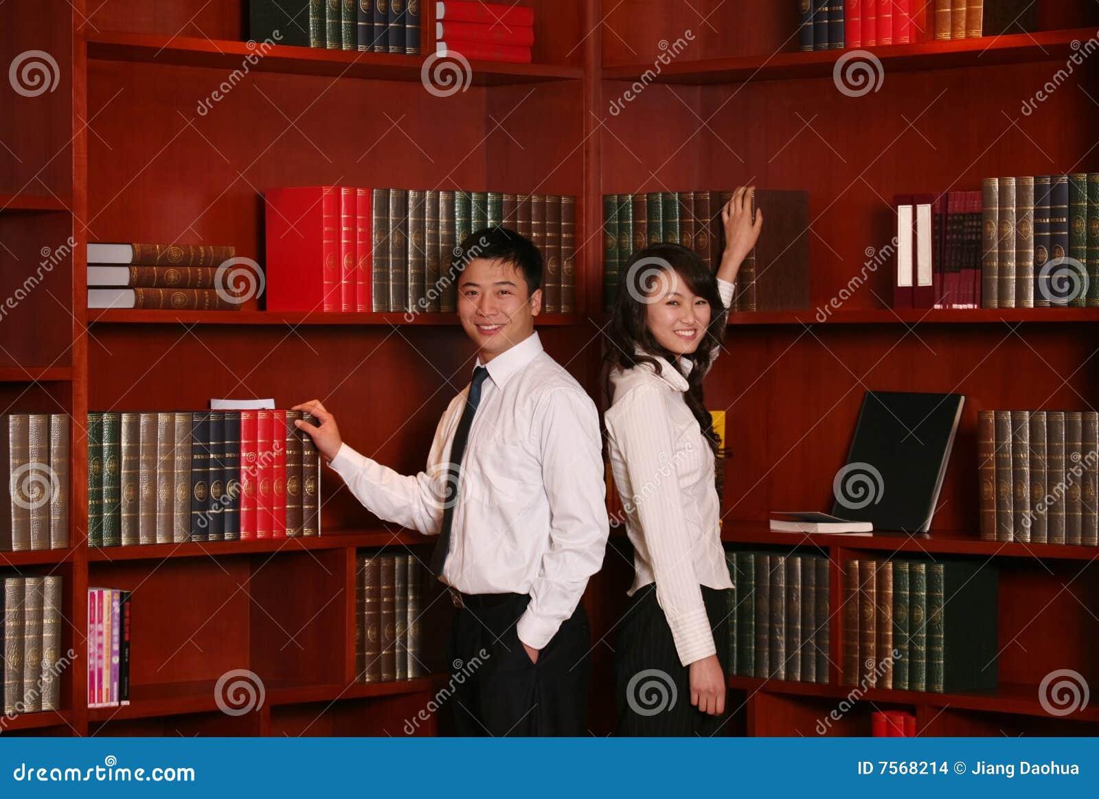 Couples dans la bibliothèque