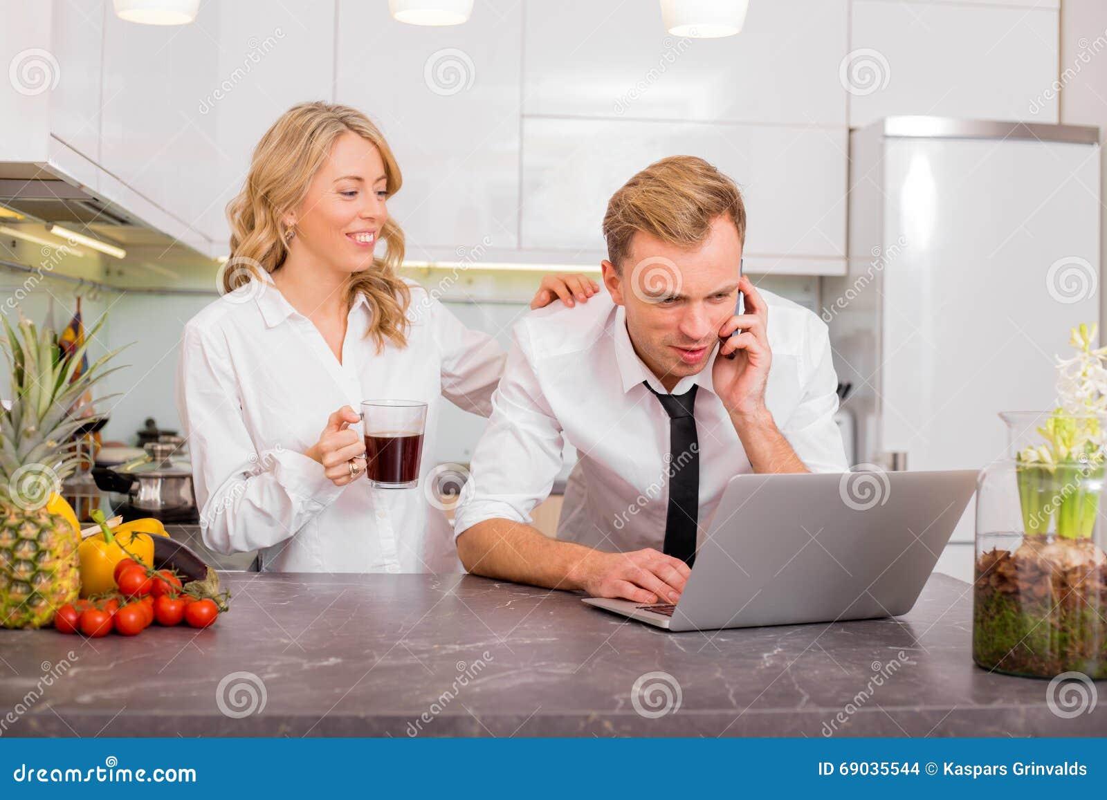 Couples dans la cuisine parlant au t l phone photo stock - Couple faisant l amour dans la cuisine ...