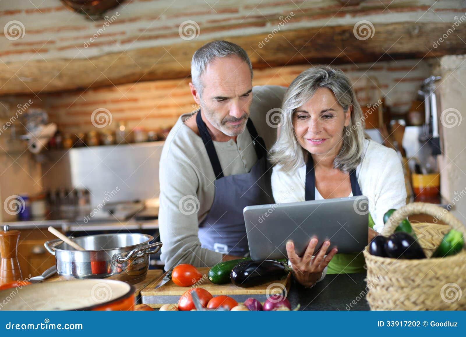 Couples dans la vieille cuisine recherchant la recette - Couple faisant l amour dans la cuisine ...