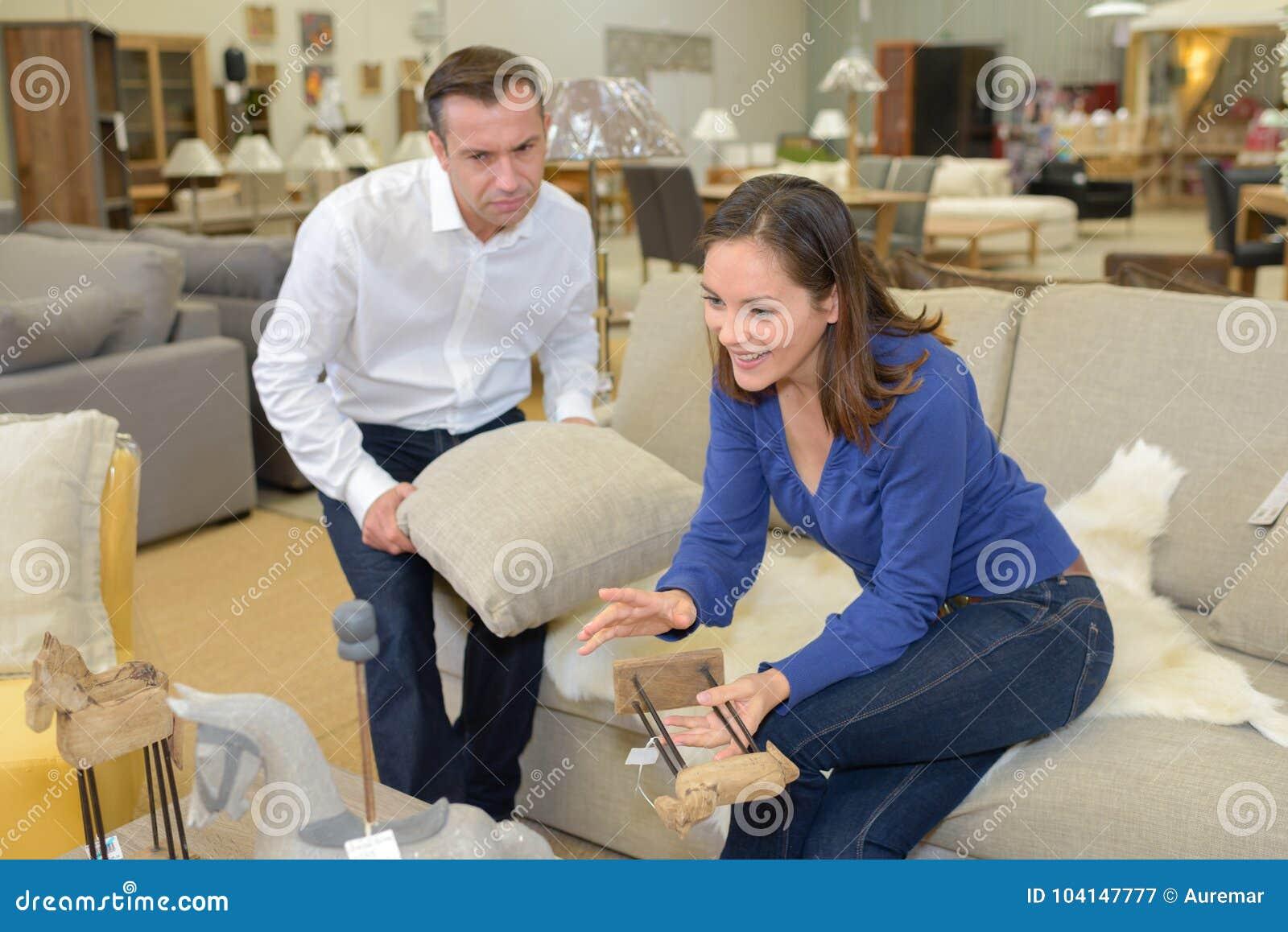 Couples dans le magasin de meubles de sofa