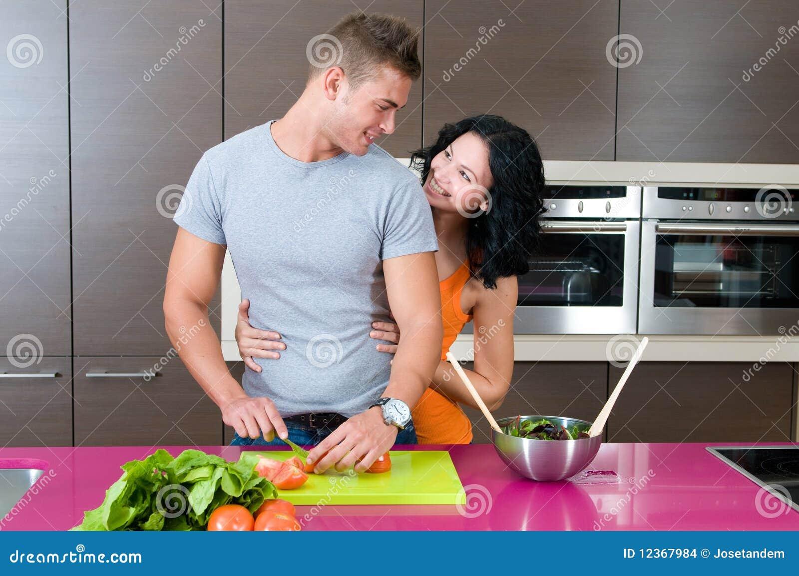 Couples dans leur cuisine avec de la salade images stock image 12367984 - Couple faisant l amour dans la cuisine ...