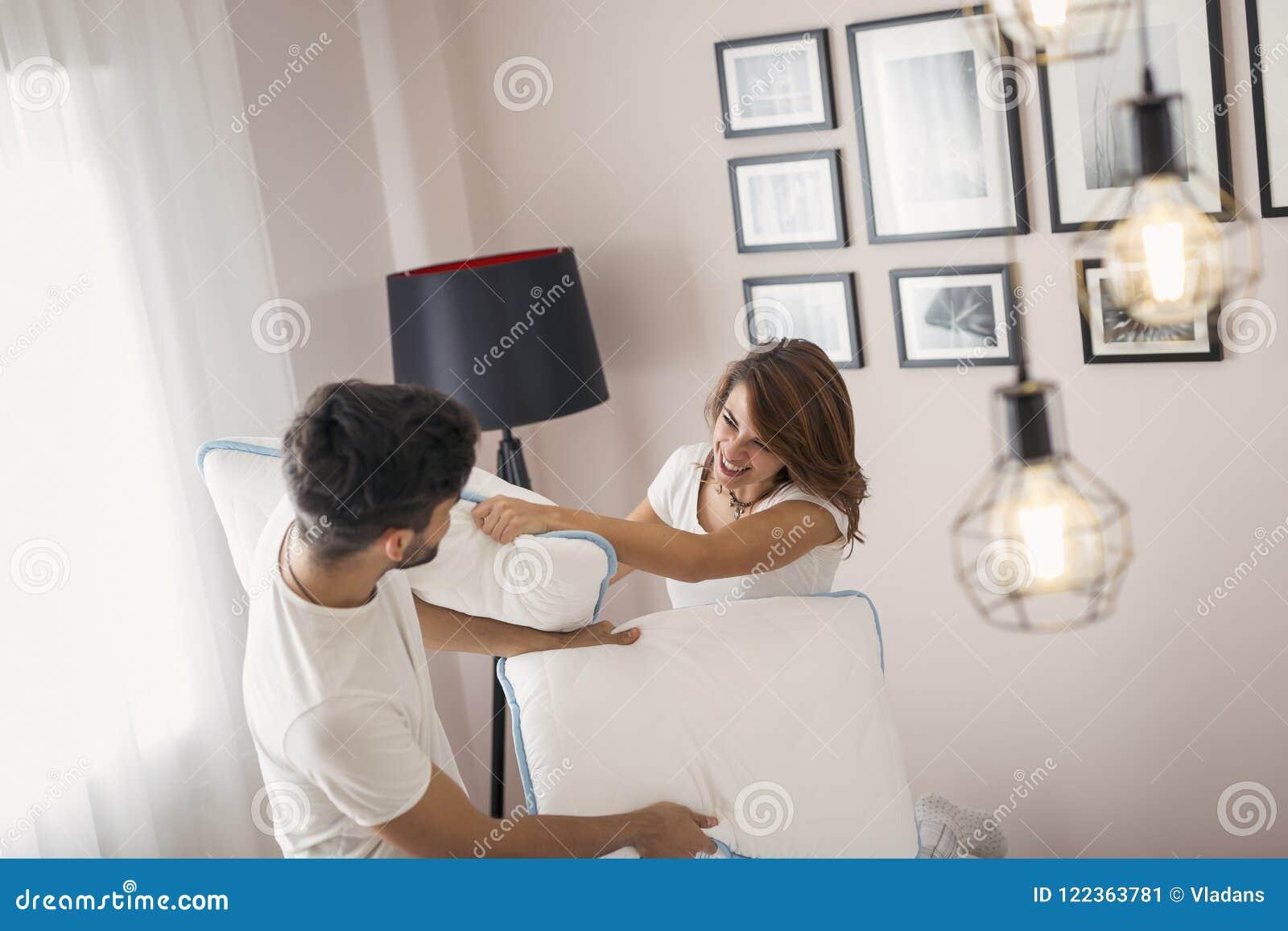 Couples dans un combat d oreiller