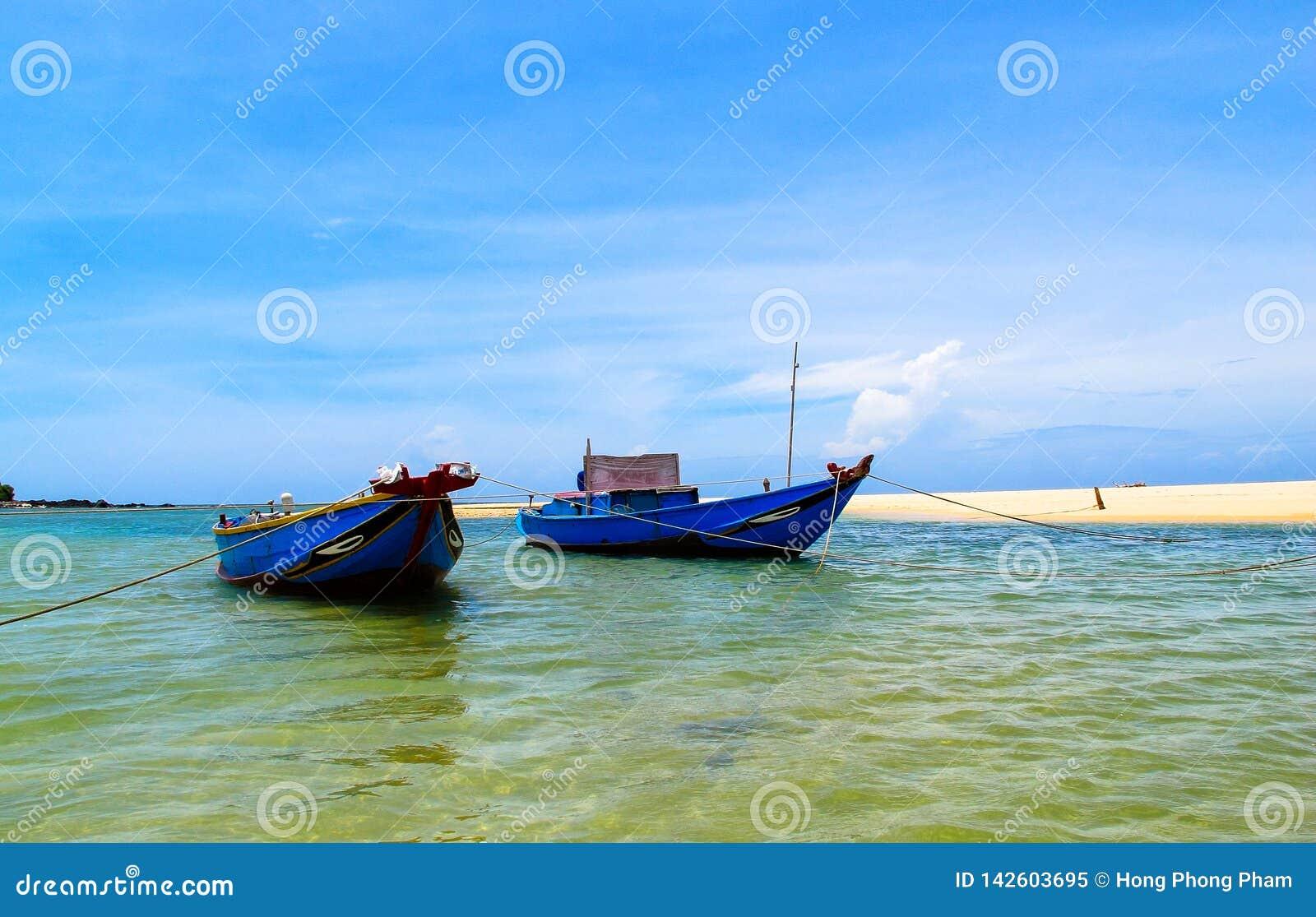 Couples de bateau sur la plage
