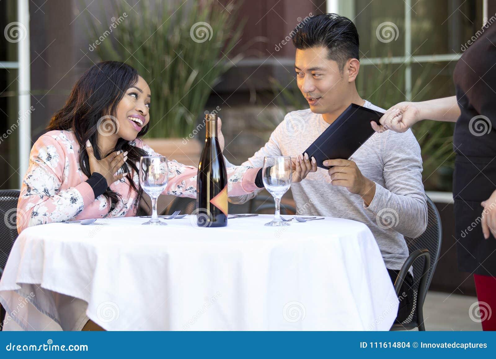 Couples de datation payant à un restaurant