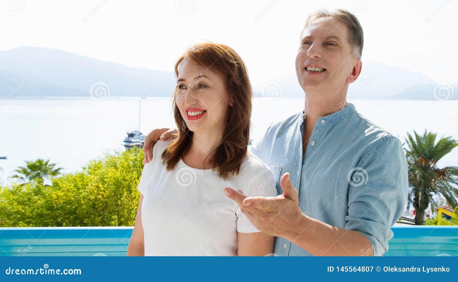 Couples de famille de Moyen ?ge sur le lieu de vill?giature sur le fond de mer Voyage de personnes d ?t? ? la plage tropicale Loi