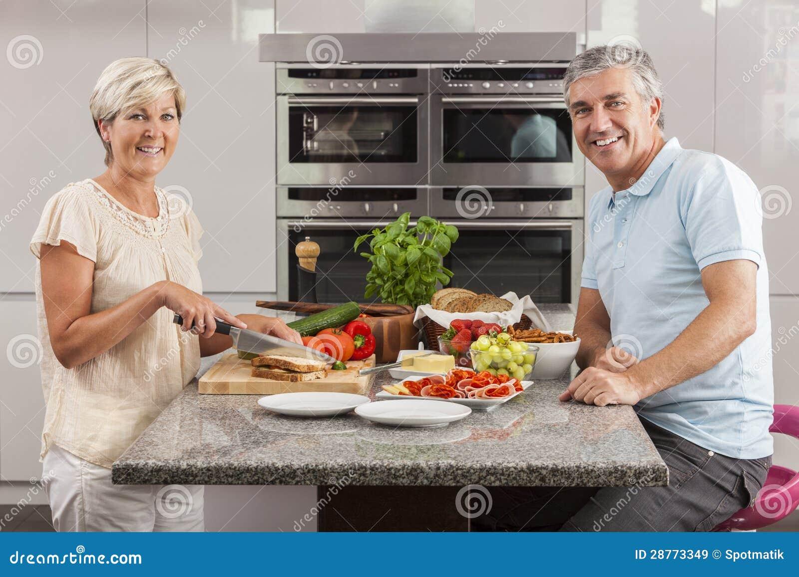 Couples de femme d homme effectuant des sandwichs dans la cuisine