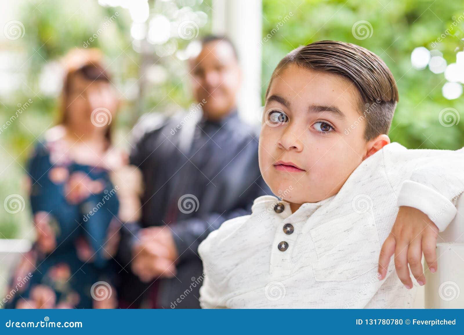 Couples de métis se tenant derrière le jeune fils