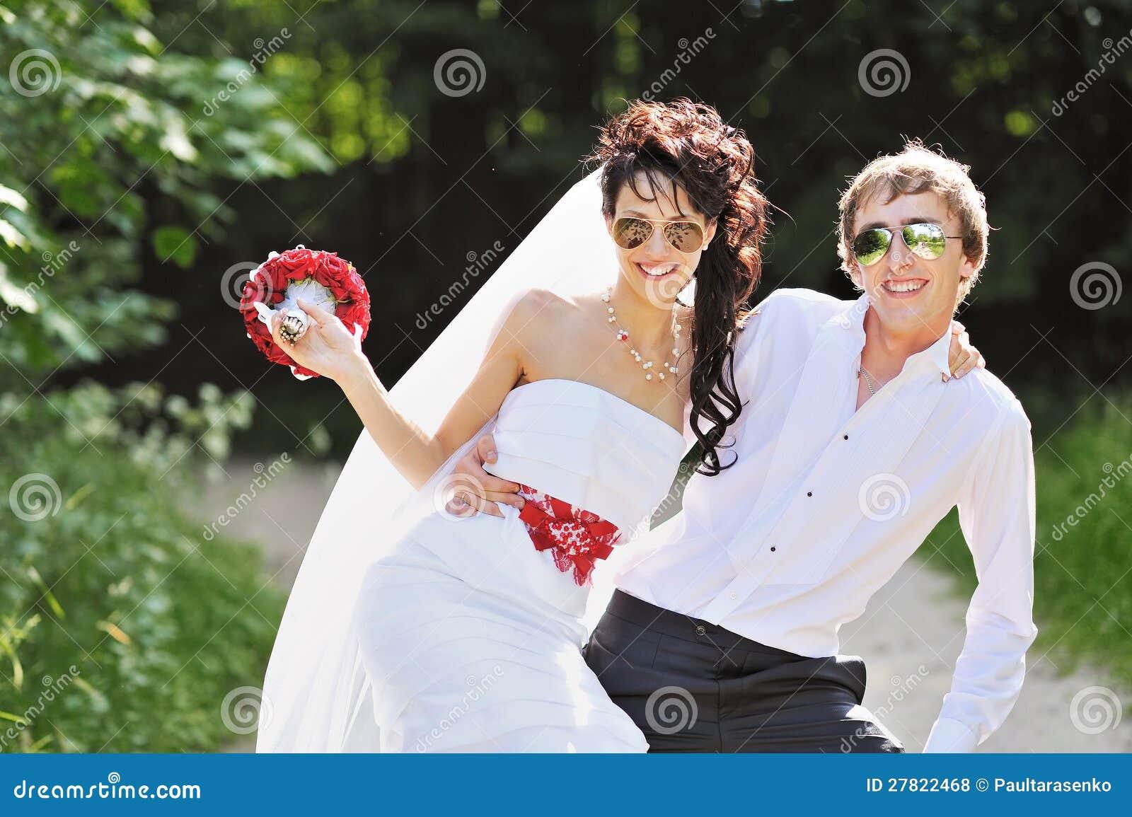 couples de mariage dans des lunettes de soleil photos. Black Bedroom Furniture Sets. Home Design Ideas