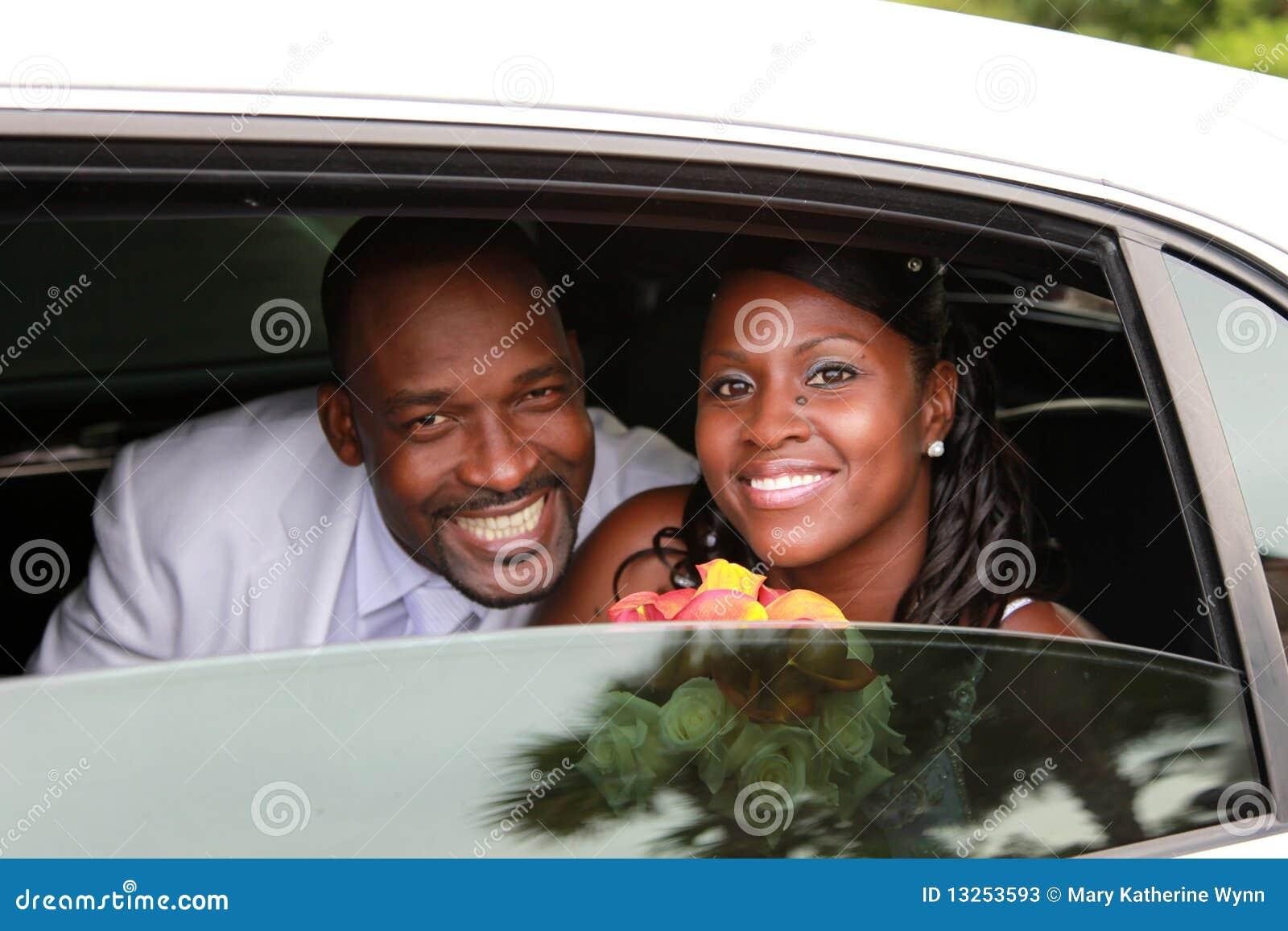 Couples de mariage dans la limousine