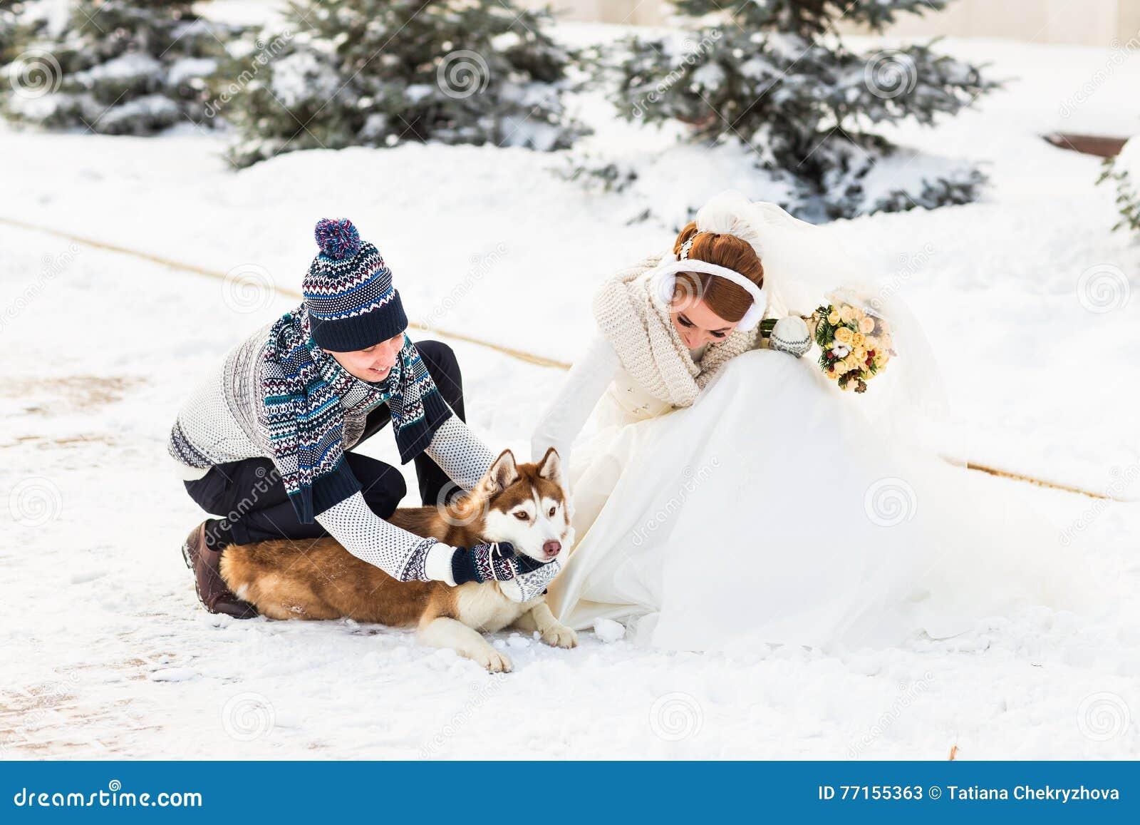 Couples de mariage et un chien mignon dans l horaire d hiver