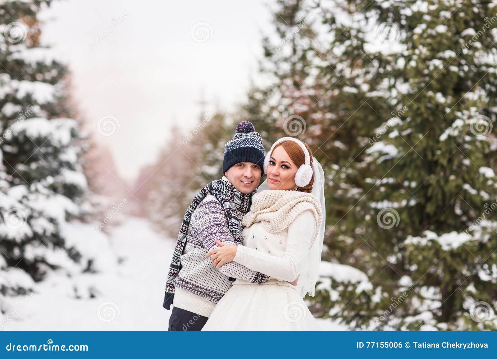 Couples de mariage extérieurs en hiver