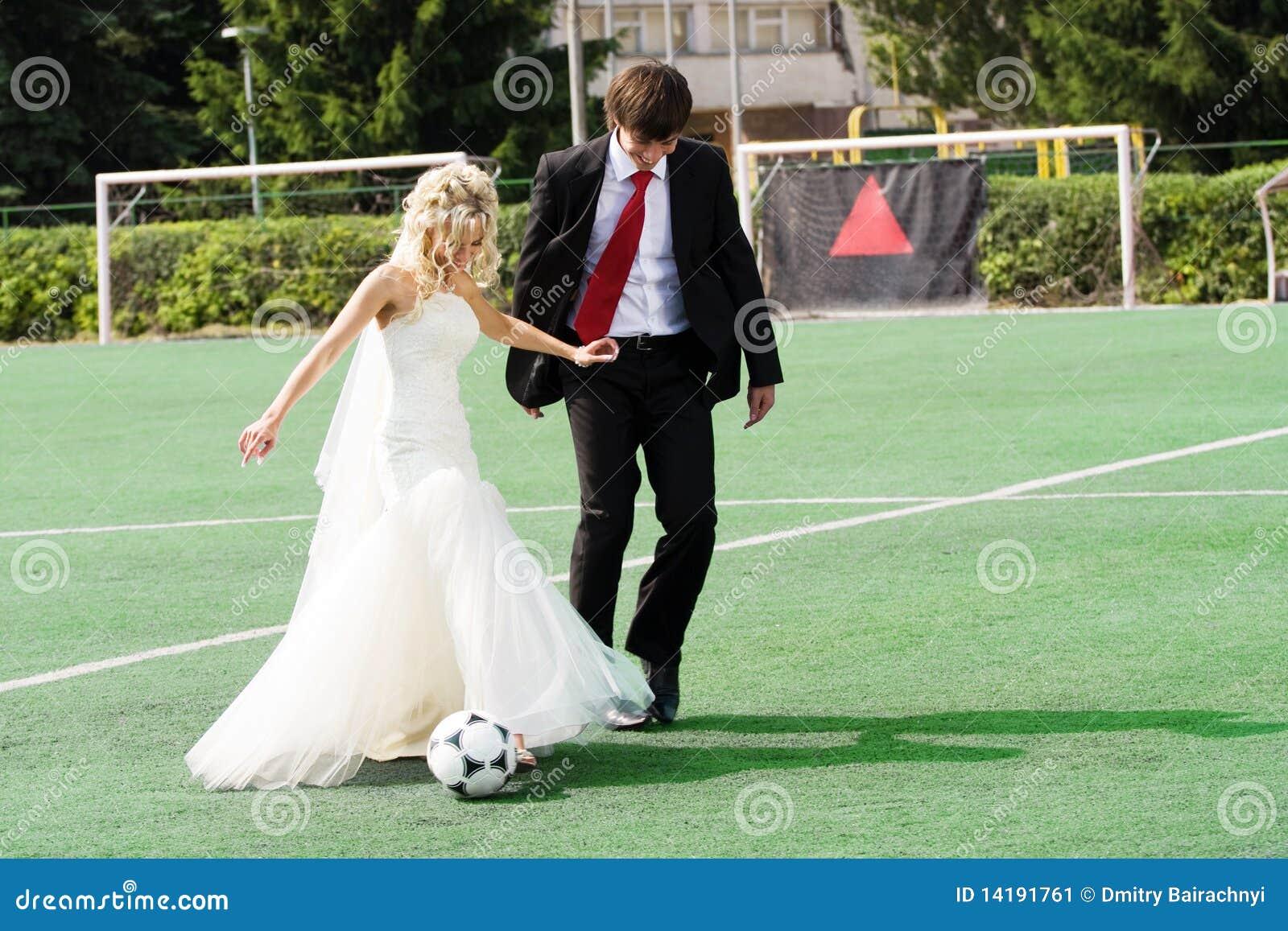 Couples de mariage jouant au football image stock image 14191761 - Photo de mariage couple ...