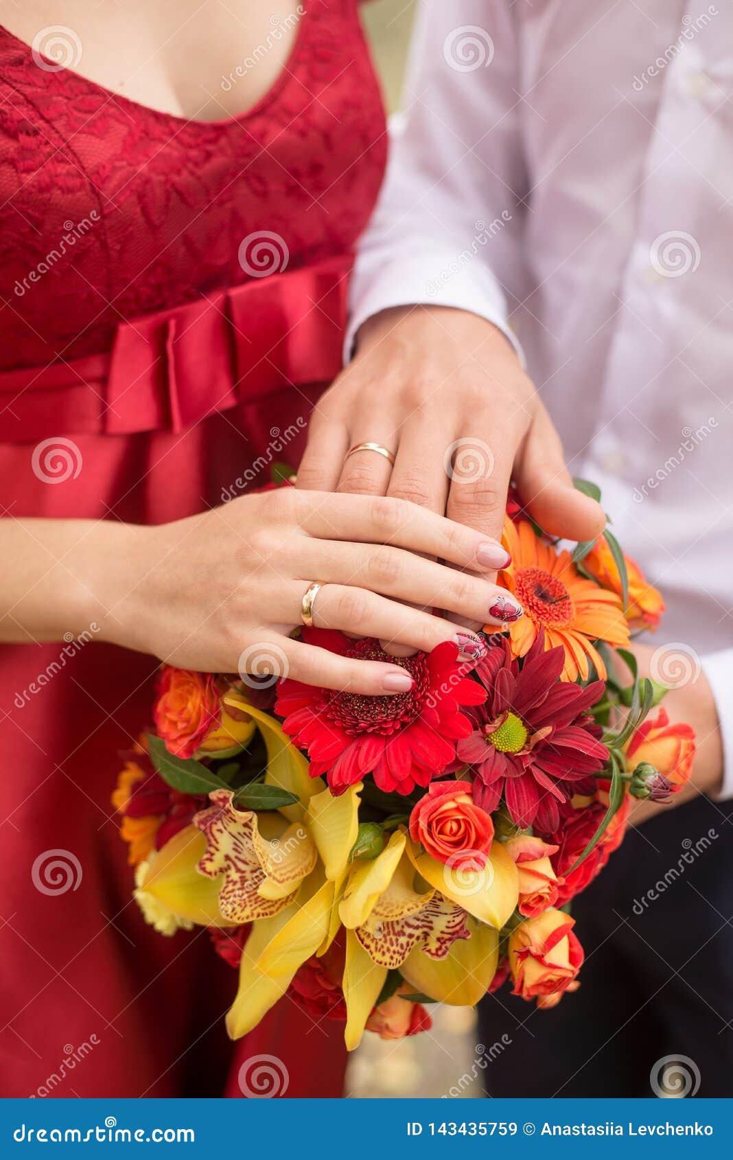 Couples de mariage mains et anneaux sur le bouquet de la jeune mariée Déclaration de l amour Fond de mariage