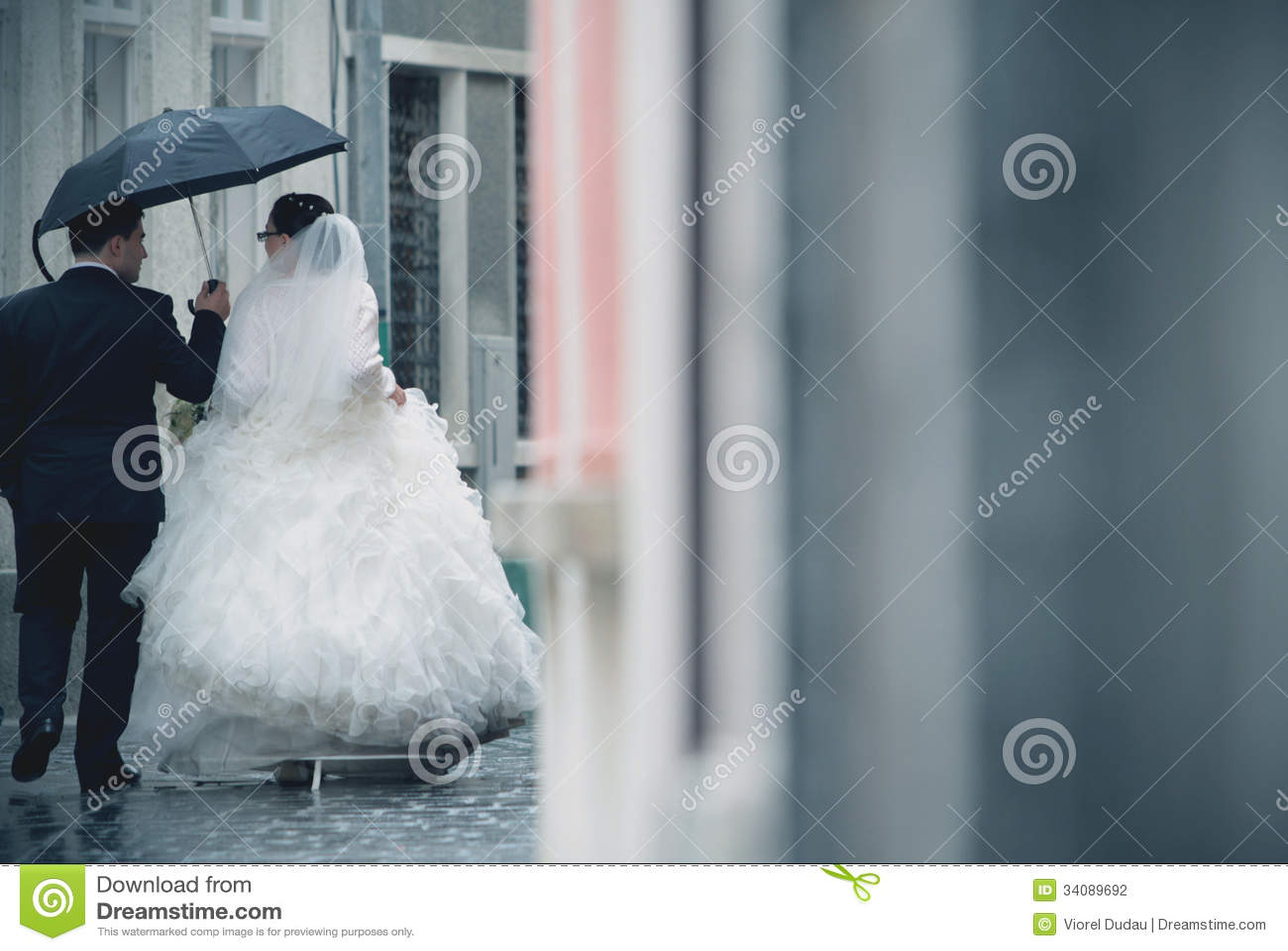 Couples de mariage sous la pluie