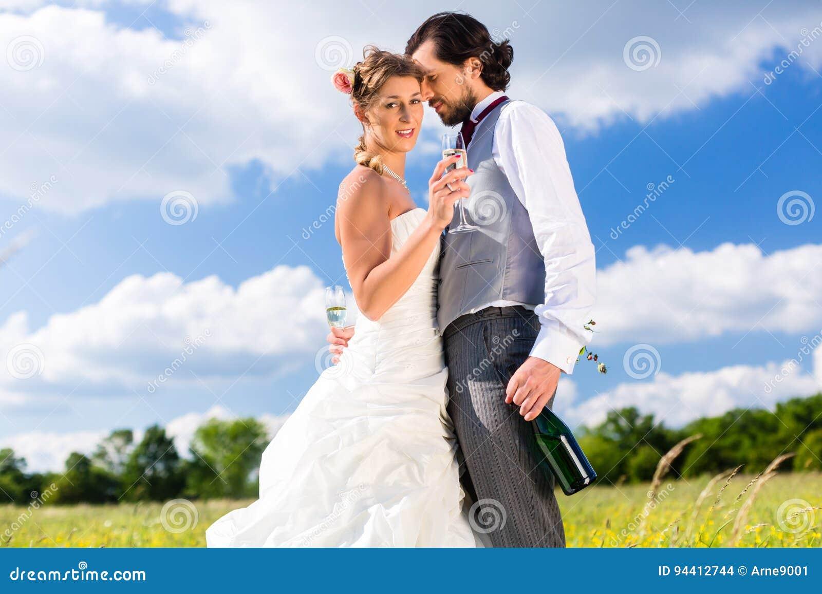 Couples de mariage sur des baisers de pré
