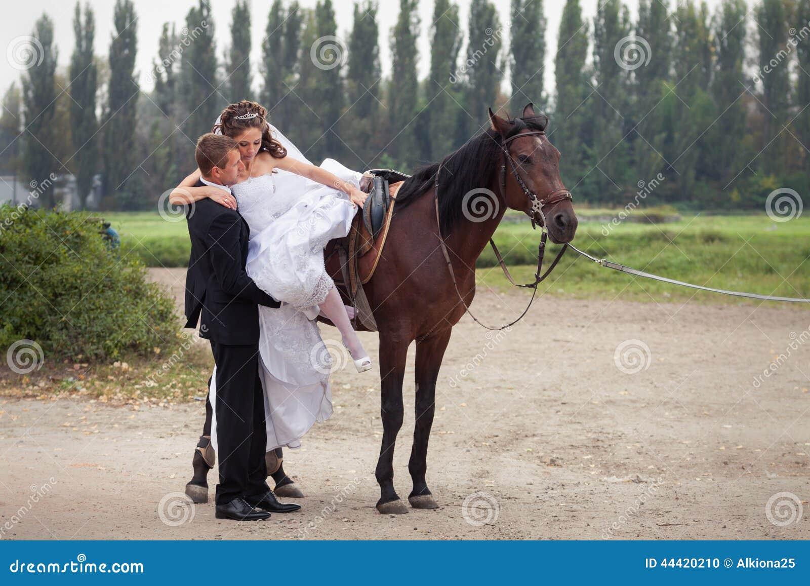 couples de mariage sur des chevaux photo stock image 44420210. Black Bedroom Furniture Sets. Home Design Ideas