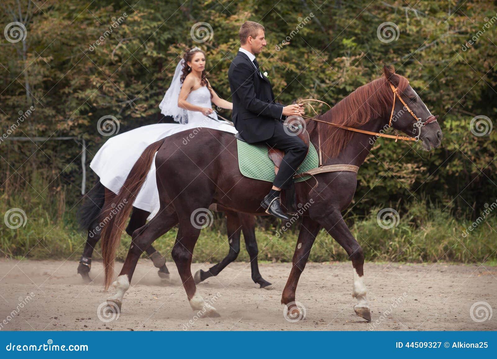couples de mariage sur des chevaux image stock image 44509327. Black Bedroom Furniture Sets. Home Design Ideas