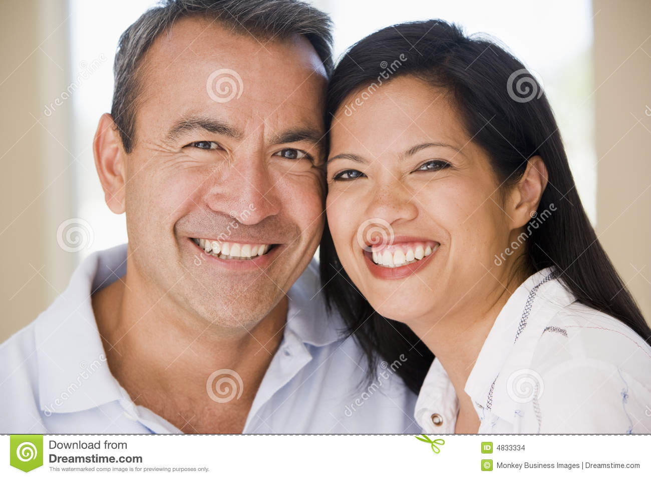 Couples de Mi-adulte souriant à l appareil-photo
