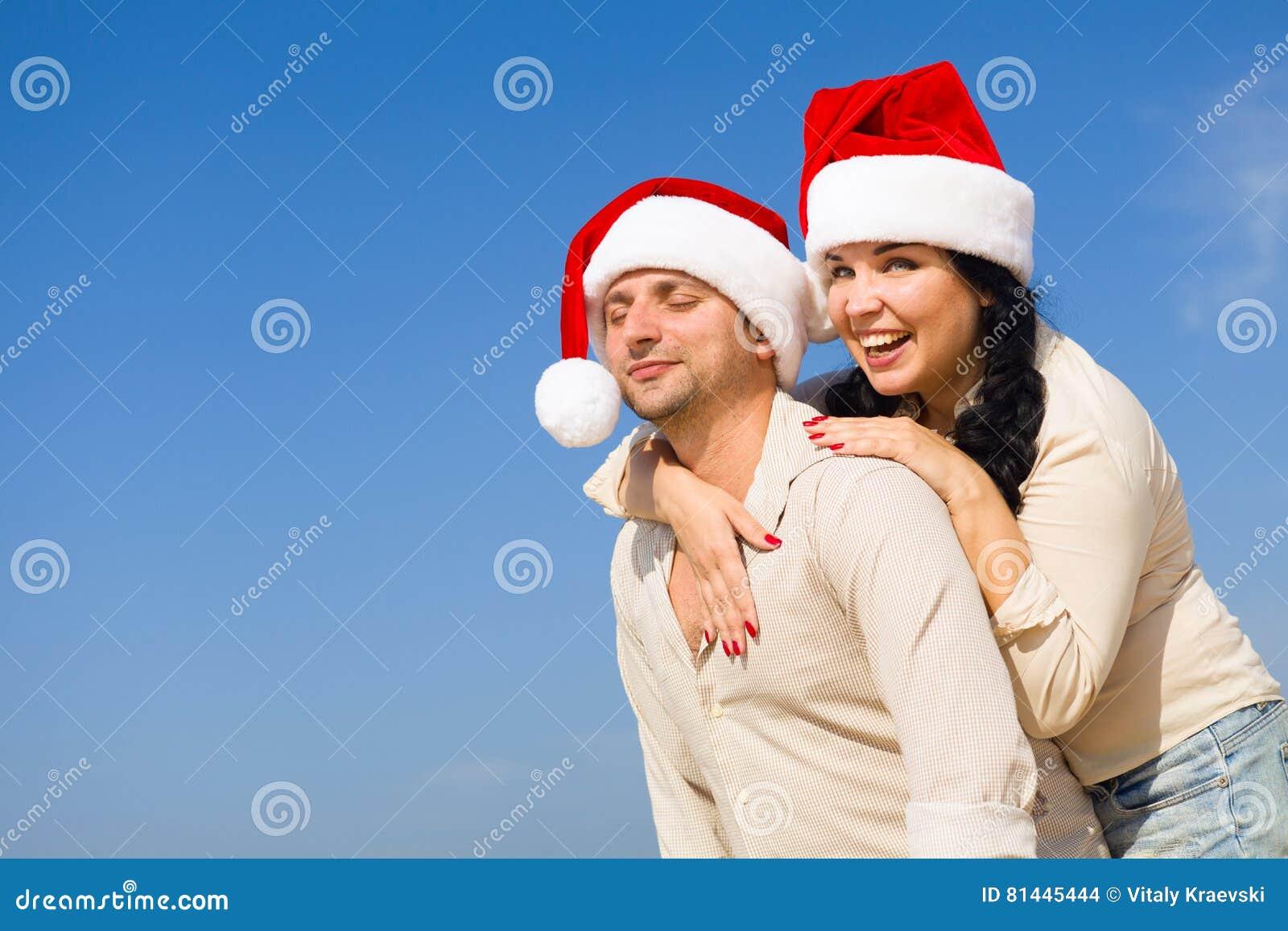 Couples de Noël sur une plage