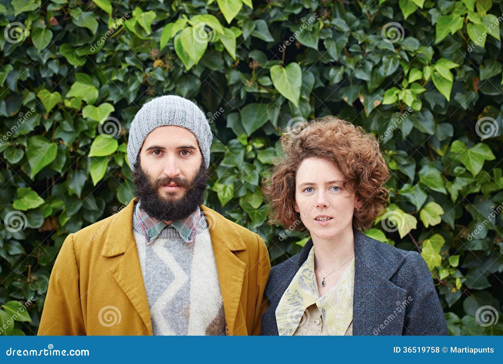 Couples de sourire d étudiant de hippie