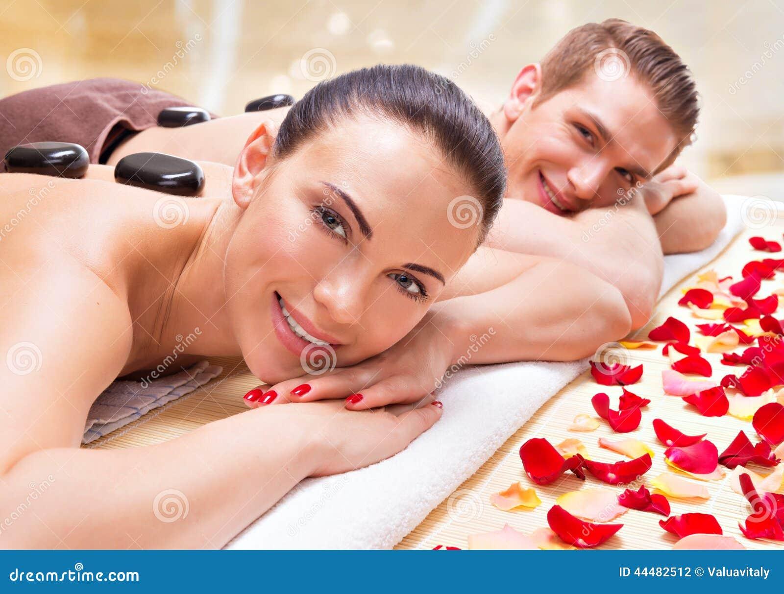 Couples de sourire heureux détendant dans le salon de station thermale