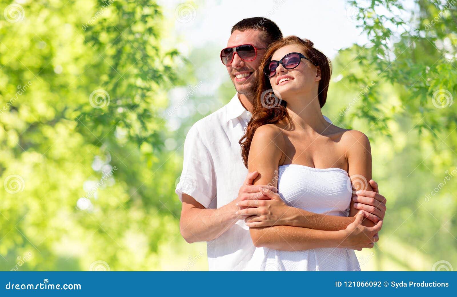 Couples de sourire heureux dans des lunettes de soleil