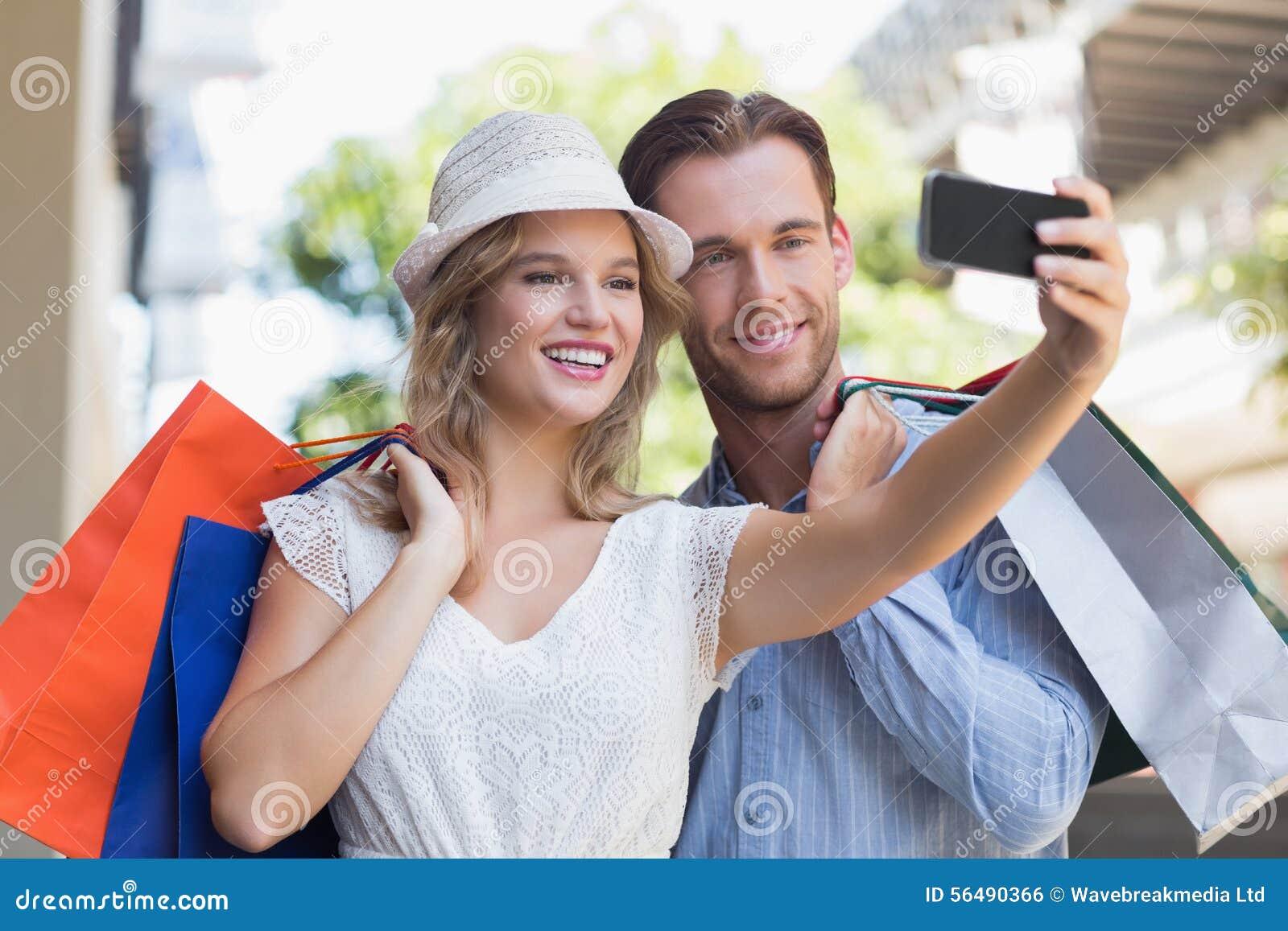 Couples de sourire mignons prenant un selfie