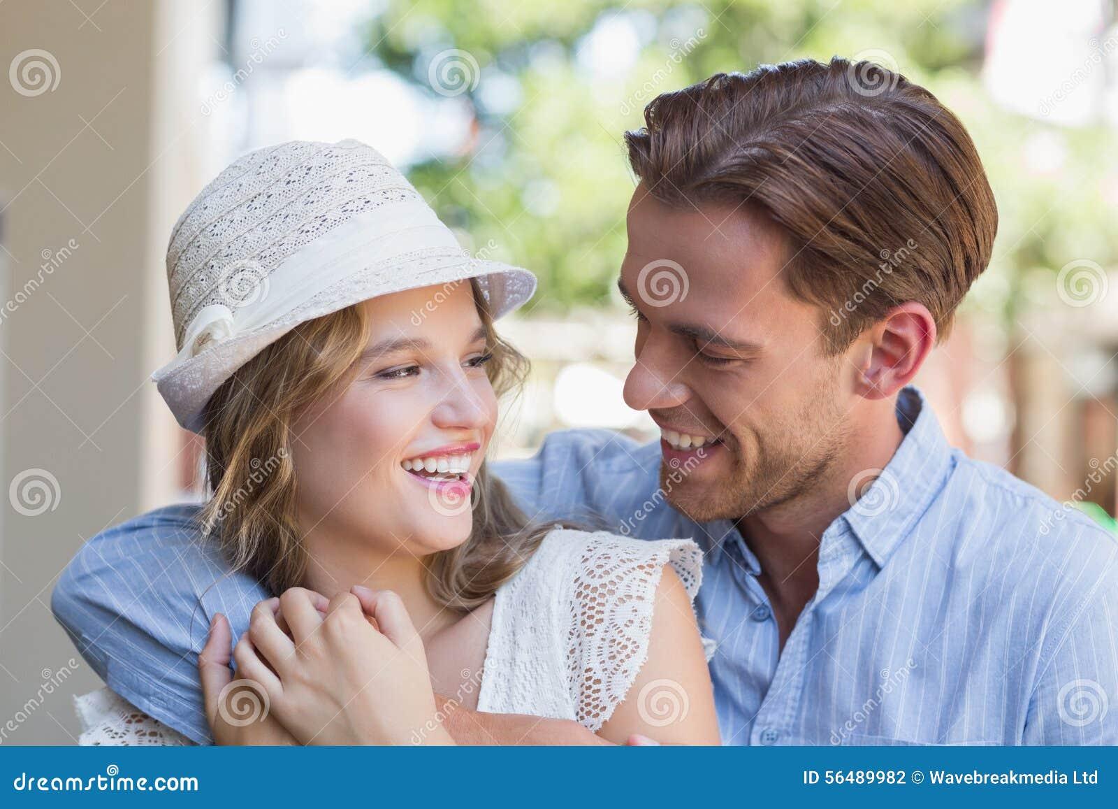 Couples de sourire mignons regardant l un l autre