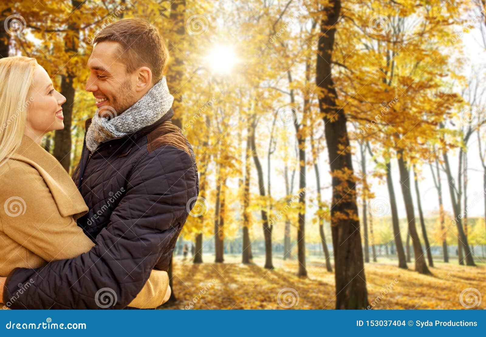 Couples de sourire ?treignant en parc d automne