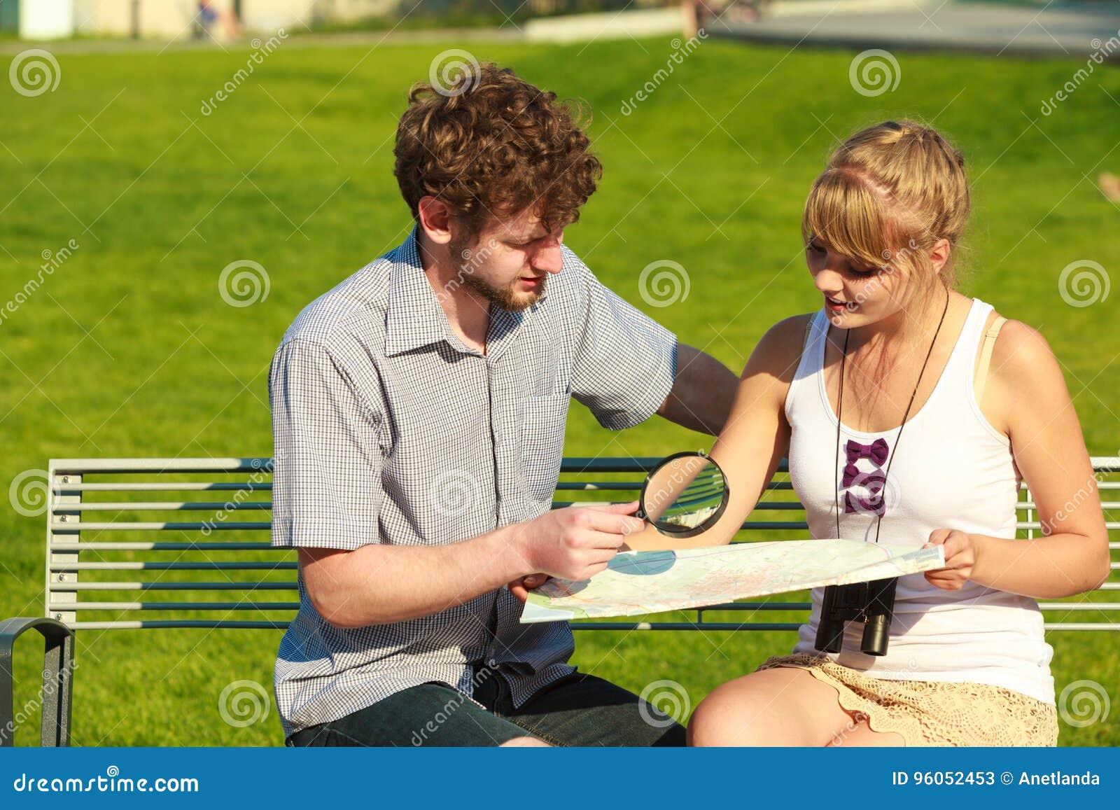 Couples de touristes dans la ville recherchant des directions sur la carte
