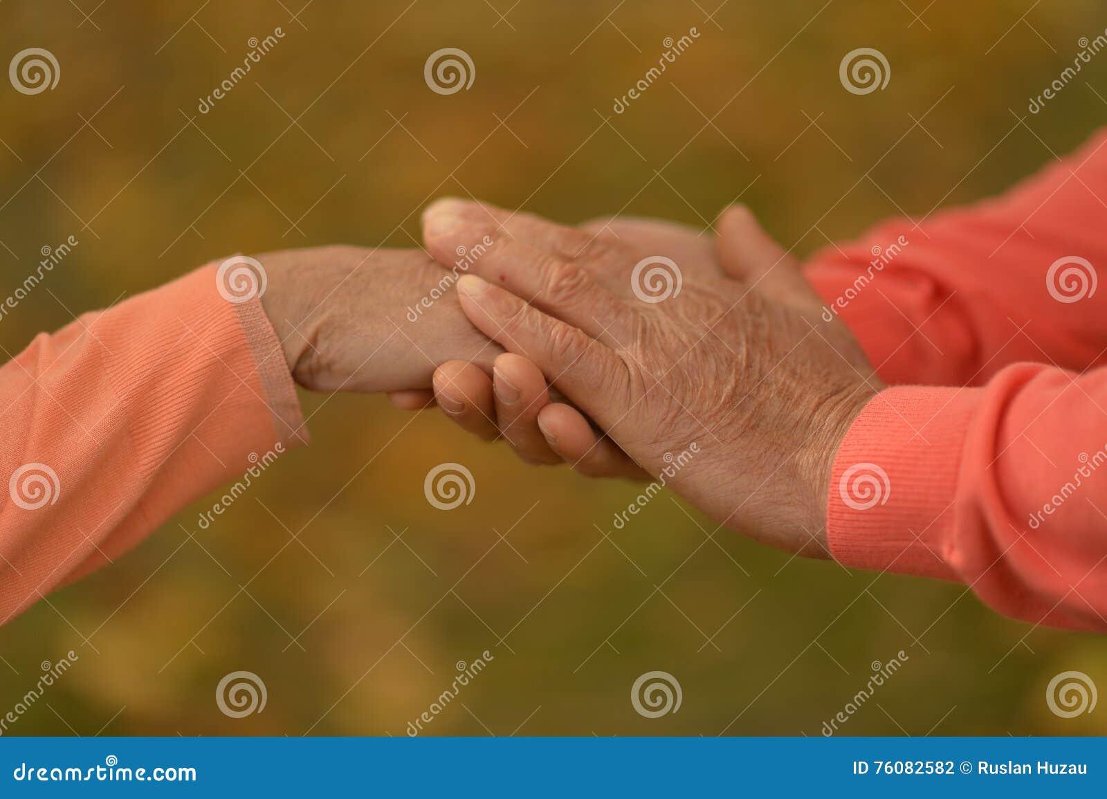 Couples des mains ensemble