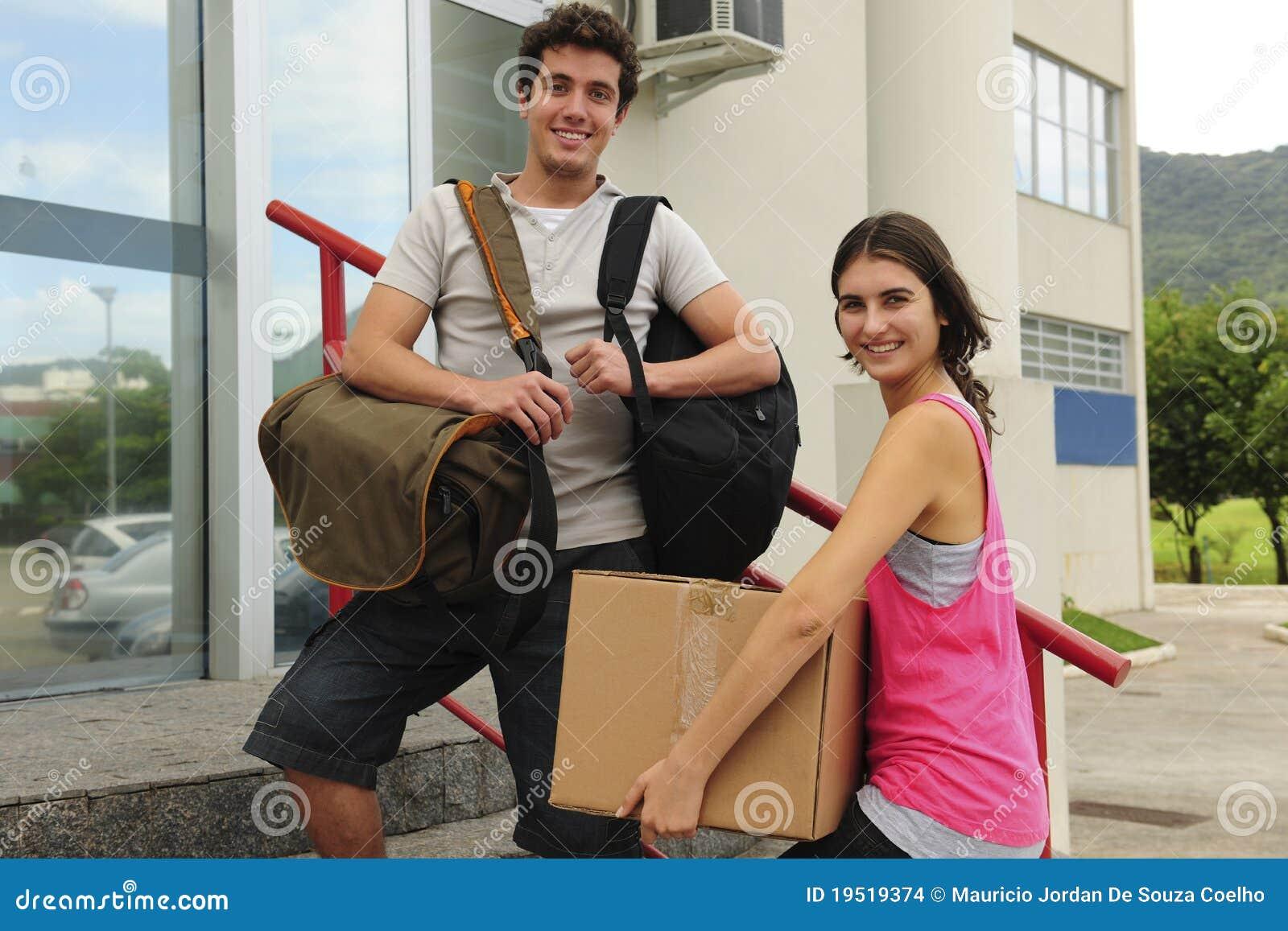Couples des tudents déménageant dedans au campus