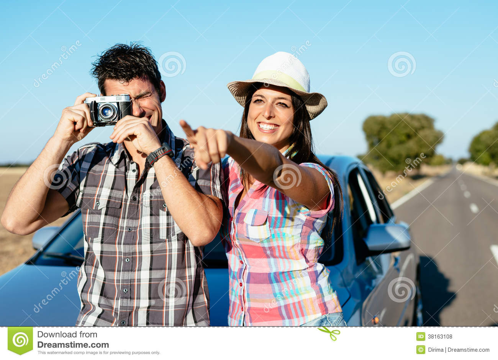 Couples des vacances de promenade en voiture de voiture
