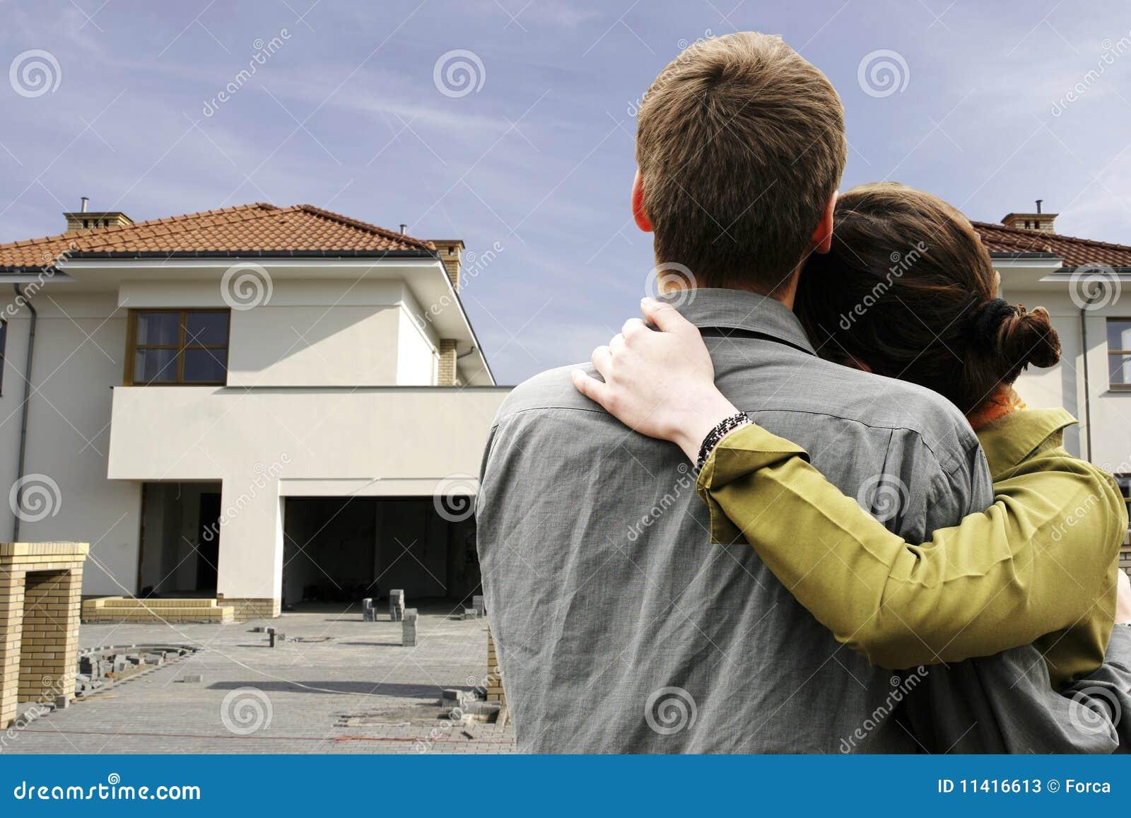 Couples devant la maison