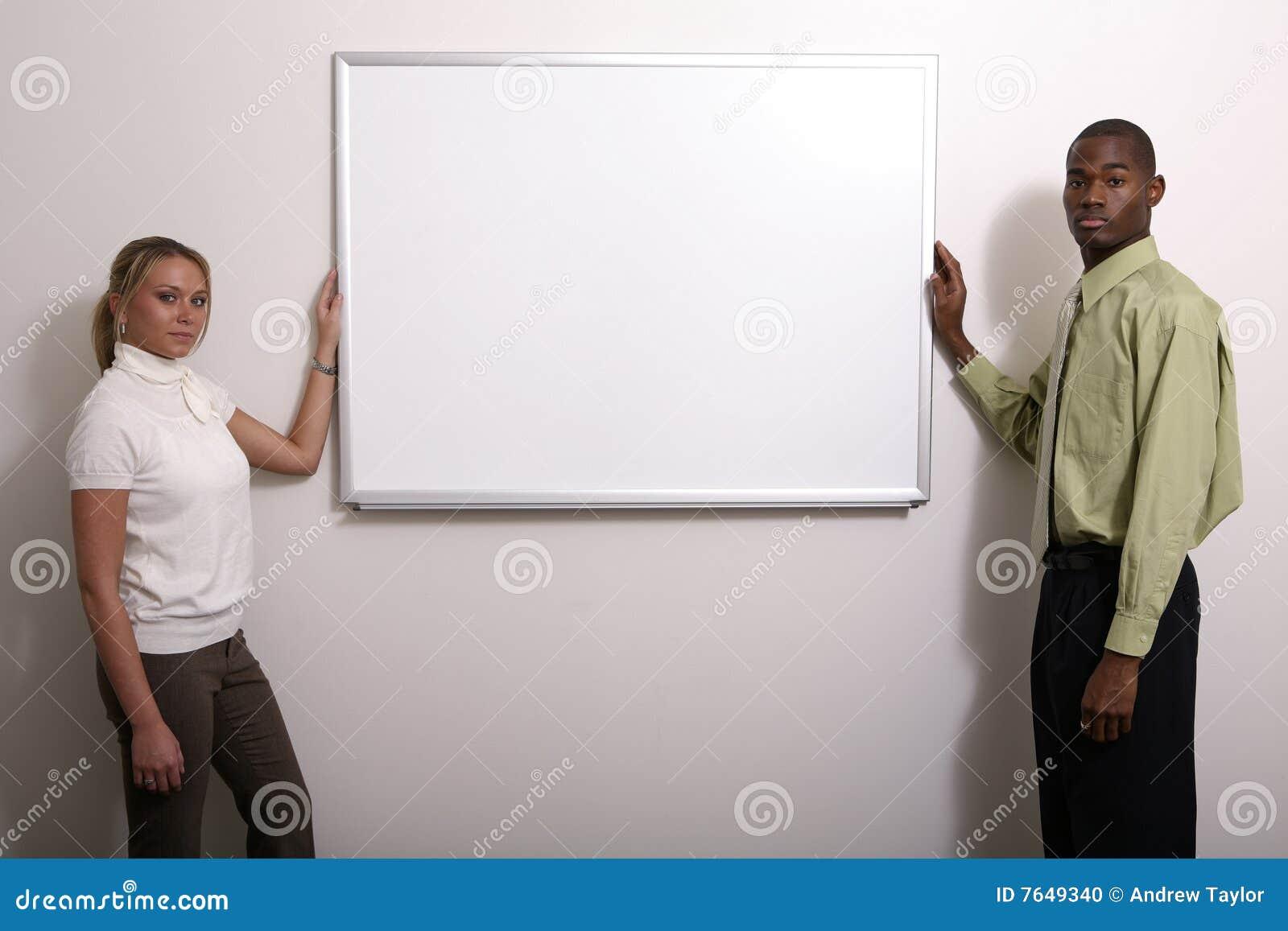 Couples divers autour de panneau blanc