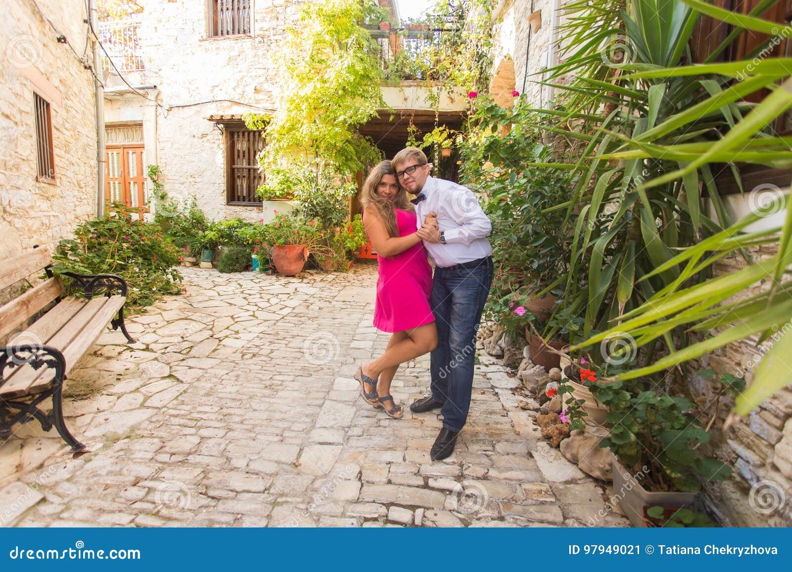 Couples drôles de jolie jeune femme avec de longs cheveux blonds et de type beau joyeux ayant l amusement extérieur Joie, bonheur