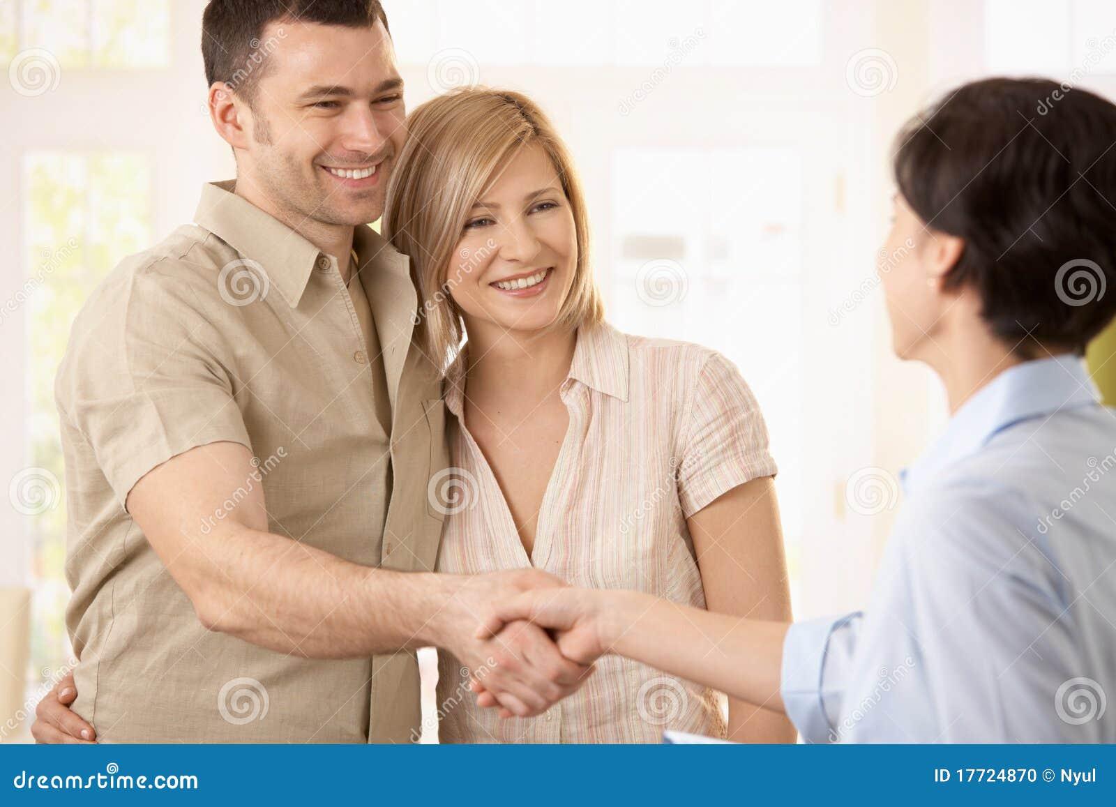 Couples effectuant l affaire avec l agent