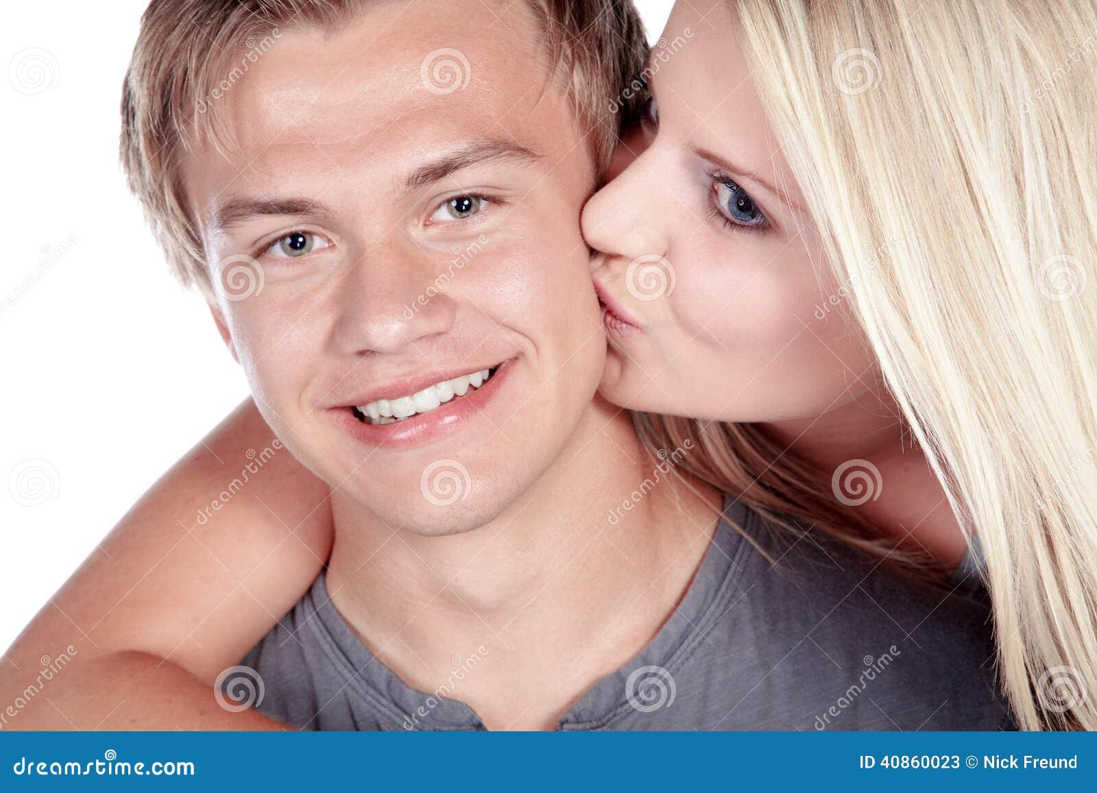 Couples embrassant et riant