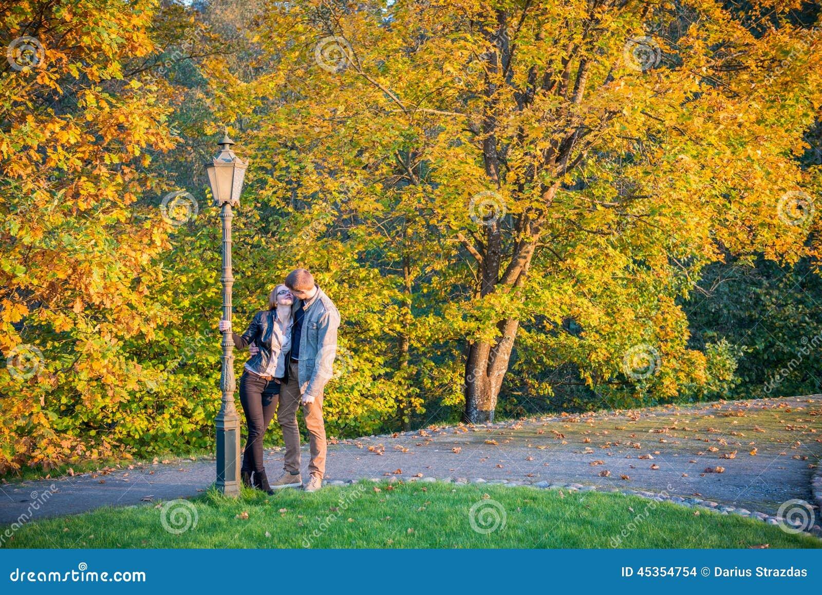 Couples en parc à l automne