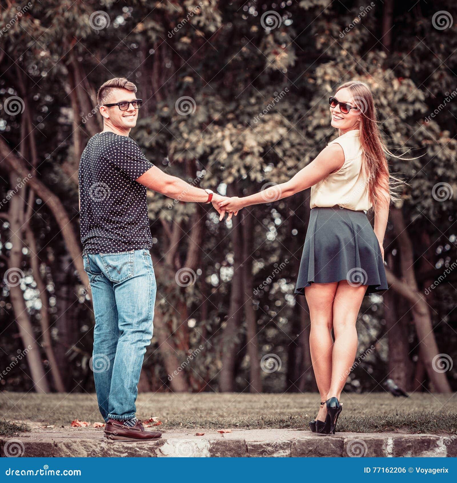 Couples en parc faisant le tour
