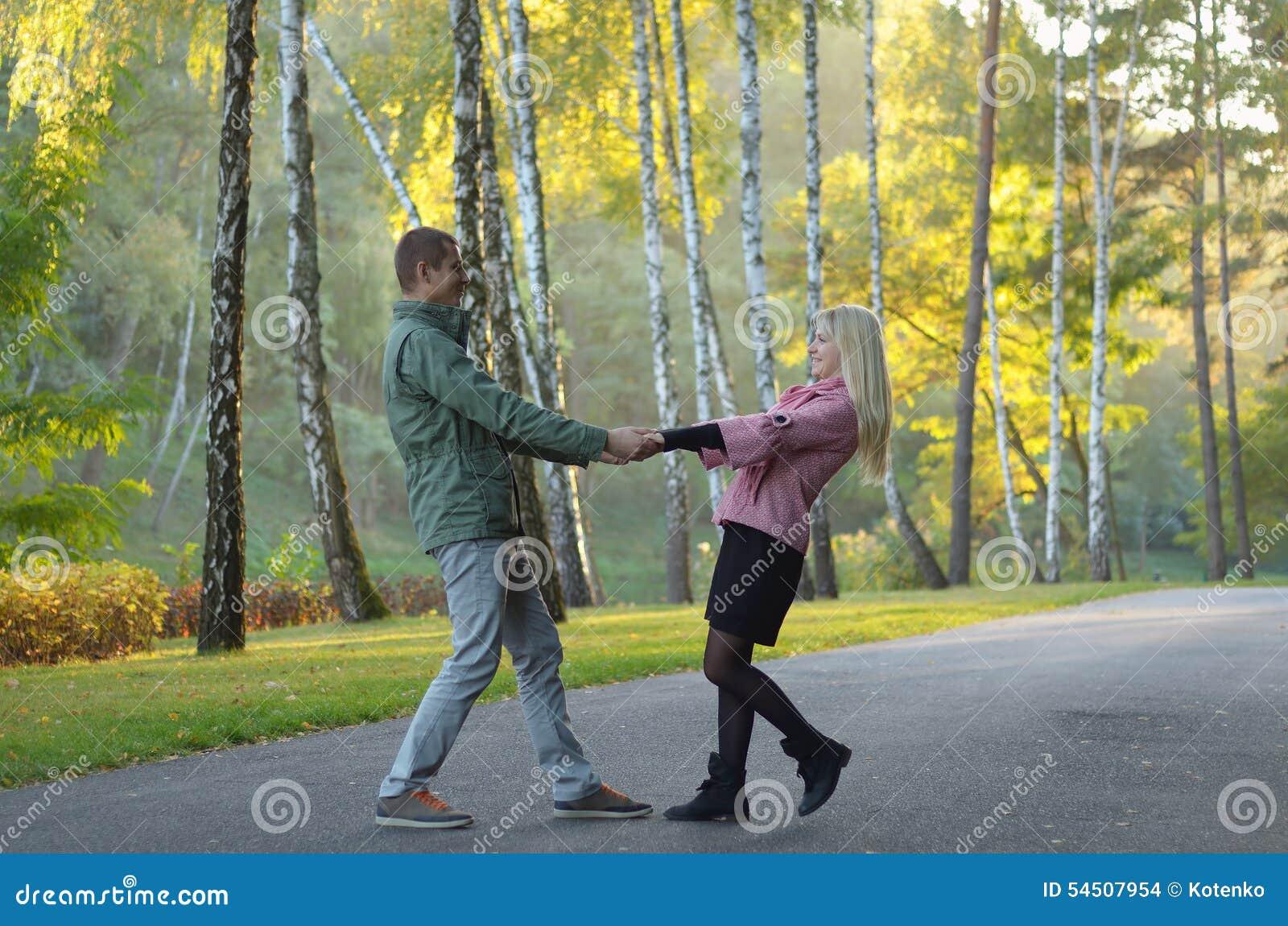 Couples en stationnement d automne