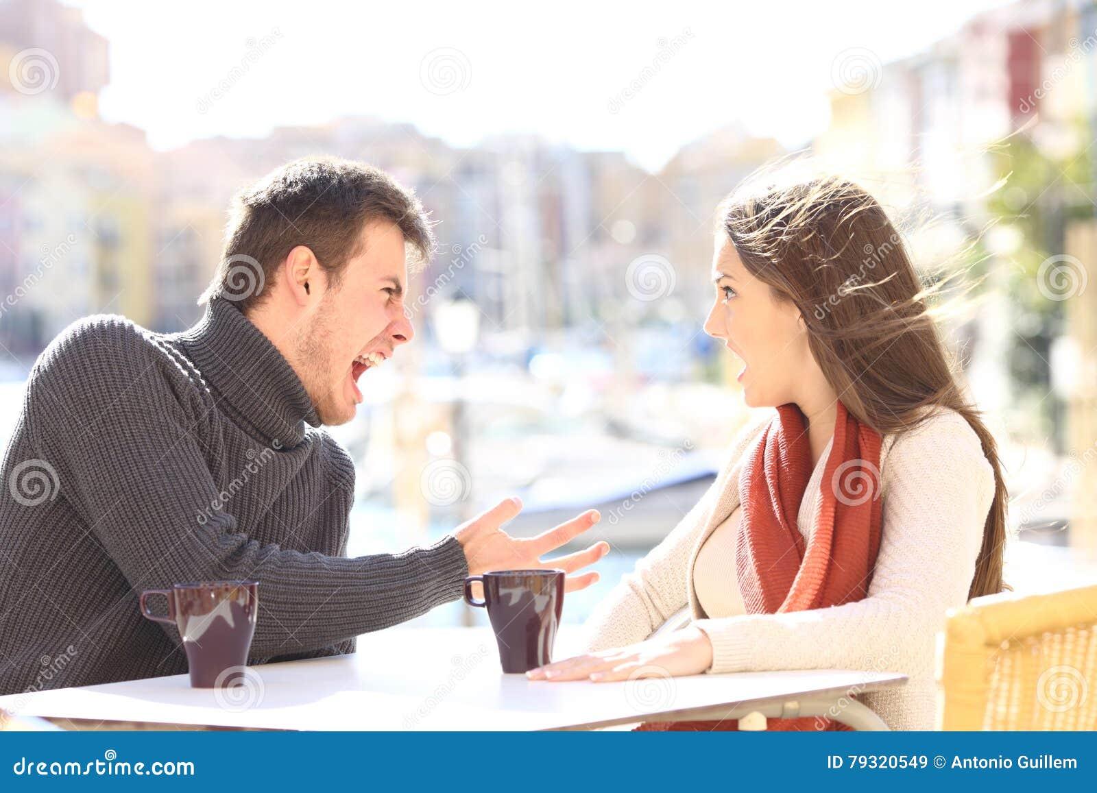 Couples fâchés discutant et criant