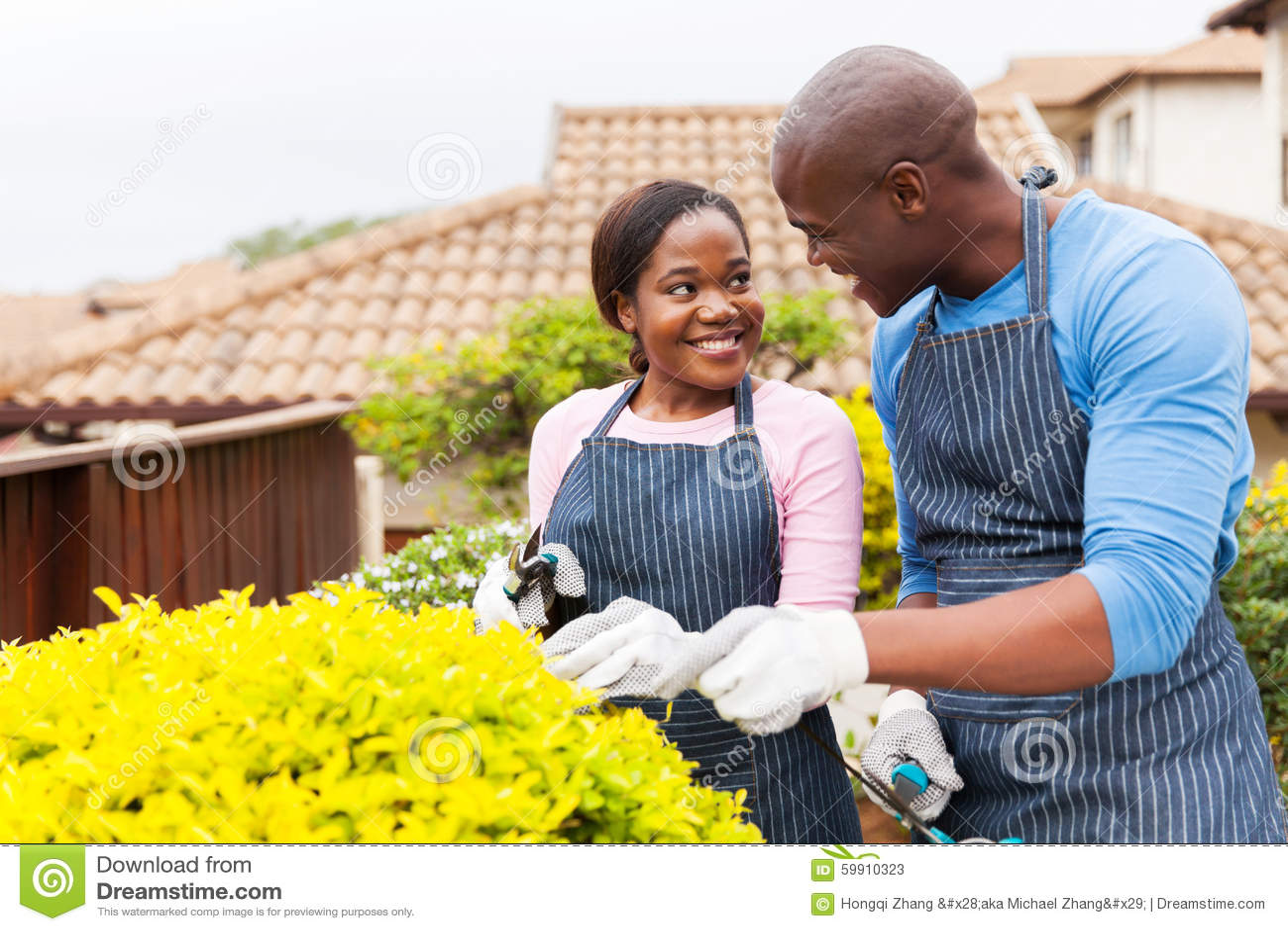 Couples faisant du jardinage ensemble