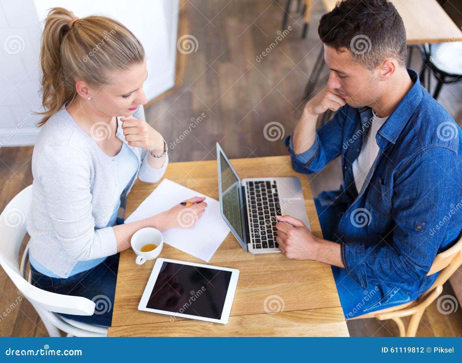 Couples fonctionnant au café