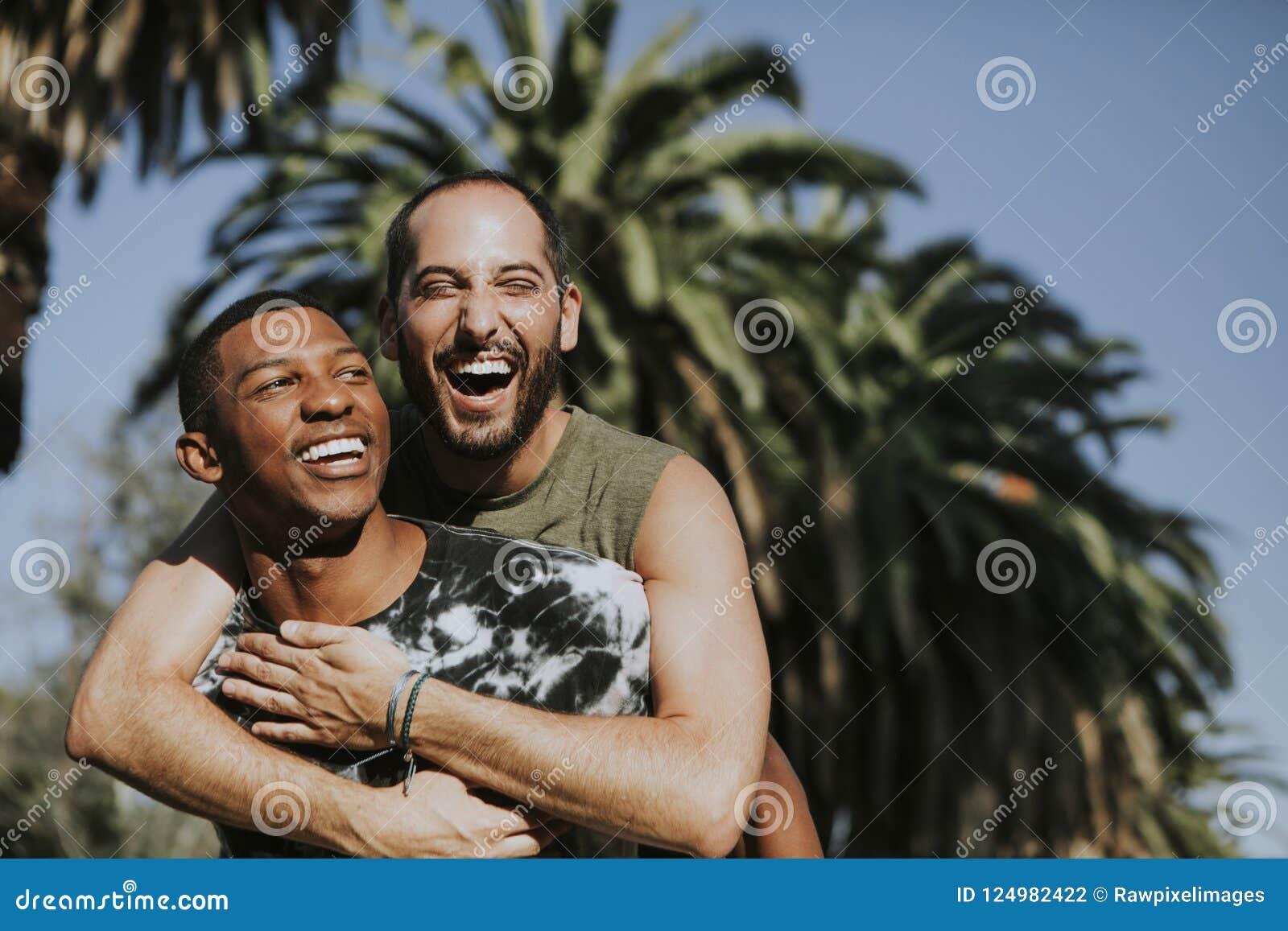 Couples gais étreignant en parc
