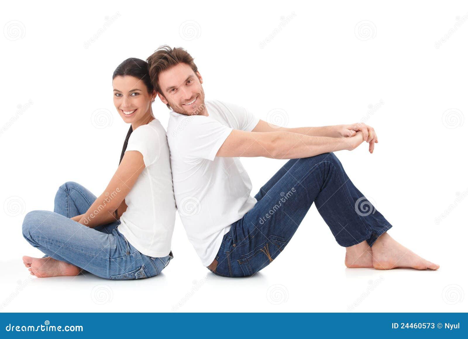 Couples gais souriant heureusement sur l étage